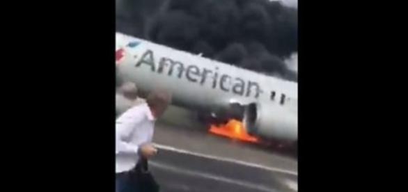 Passageiros entram em pânico ao ver a fumaça preta tomando conta do avião