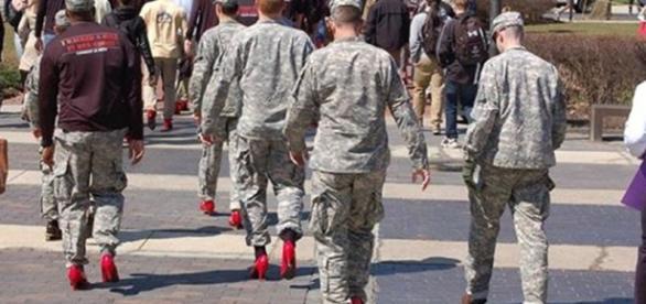 Amerykańscy kadeci zmuszeni do chodzenia w szpilkach