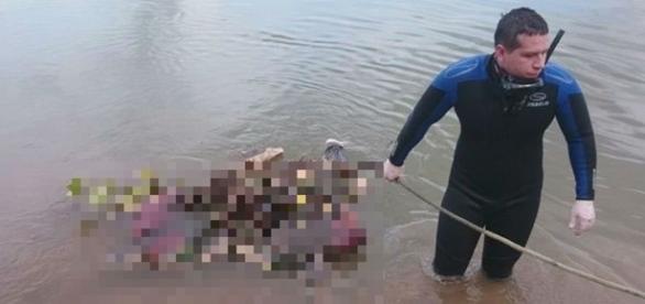 O corpo de bombeiros foi chamado para retirar os corpos do rio.