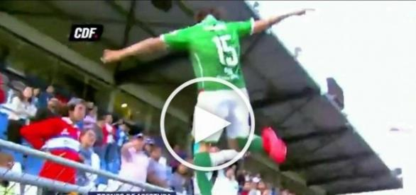 Piłkarz nie wytrzymał i kopnął kibica w głowę.
