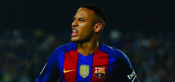 Sites europeus divulgaram um vídeo do craque Neymar empurrando, na escada do vestiários, o adversário Rubén Vezo