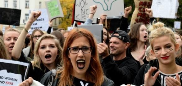 Black Monday, le donne polacche scendono in strada per rivendicare il proprio diritto a scegliere