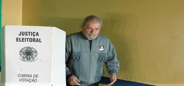 Lula compareceu para votação na Escola Estadual José Firmino Correia de Araújo, em São Bernardo do Campo