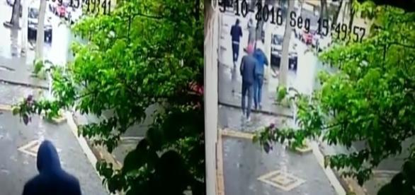 Nas imagens, os quatro homens encapuzados responsáveis pelo crime; eles foram flagrados pelas câmeras de segurança de um edifício