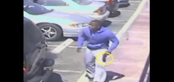 Imagens de uma câmera de segurança mostram o homem que foi morto pela polícia; aparentemente ele portava uma arma