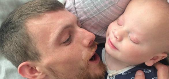Elijah Davies nasceu sem olhos