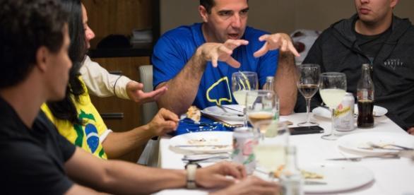 Jailton Almeida é o de camiseta azul