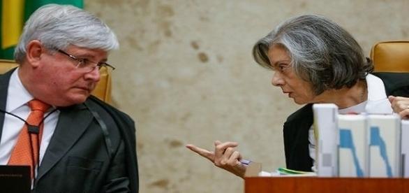 A Ministra Cármen Lúcia e o Procurador Geral Rodrigo Janot, acertam detalhes durante a sessão no Supremo Tribunal Federal.