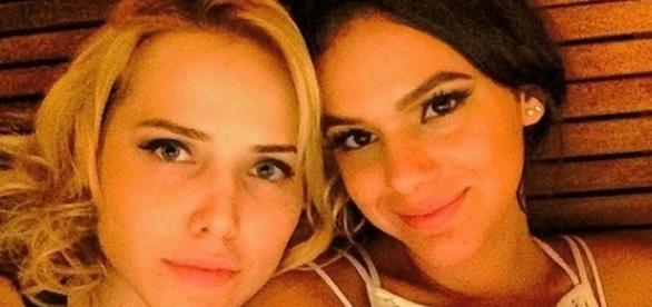 Bruna Marquezine beija Letícia Colin em série