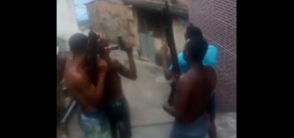 Criminosos armados desafiam a policia na localidade do Brongo, em Salvador.
