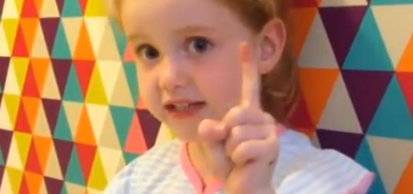 VIDEO: O fetiță de 5 ani din Marea Britanie îi bate obrazul premierului Theresa May