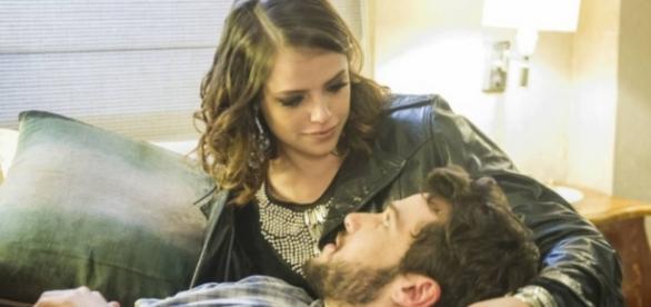 Camila e Giovanni acabam indo para o apartamento e ficam juntos, em 'Haja Coração'