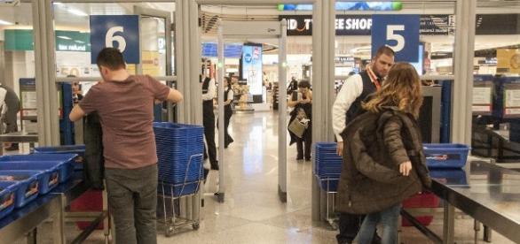 Casal de brasileiros foi preso com 2.240 qulos de cocaína no aeroporto de Atenas na Grécia