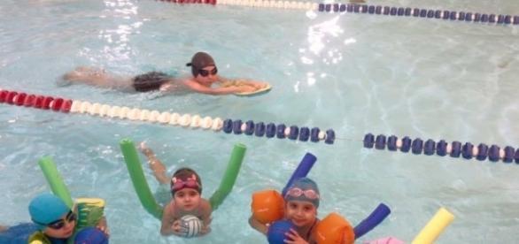 Cursurile de înot pentru copii, o alternativă sănătoasă a orelor petrecute pe tabletă