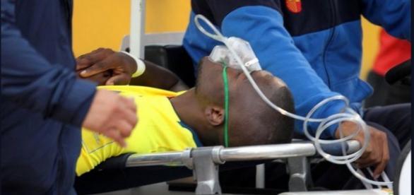 Enner Valencia es atendido en una camilla con oxígeno