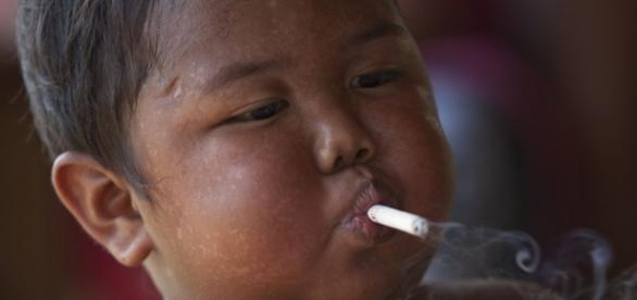 Bebê ficou conhecido por fumar uma quantidade enorme de cigarros ao dia