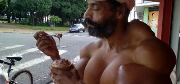Homem injeta óleo no corpo para ficar bombado