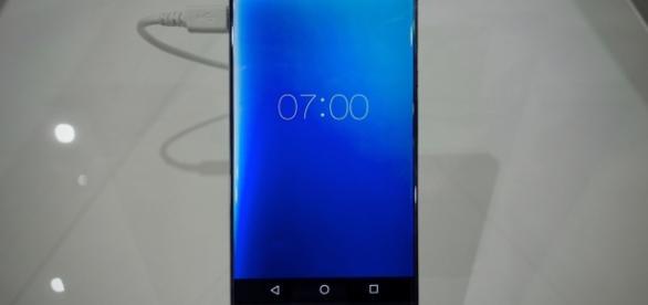 L'écran de 5,2 pouces du Corner R ne possède qu'une seule bordure: la bordure inférieure.