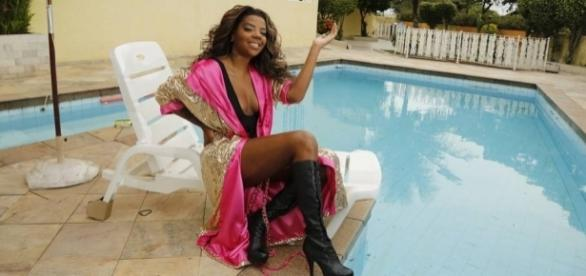Ludmilla fazendo pose ao lado da piscina