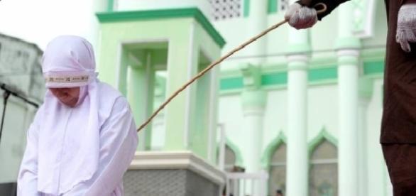Jovem indonésia recebeu 23 chibatadas em praça pública