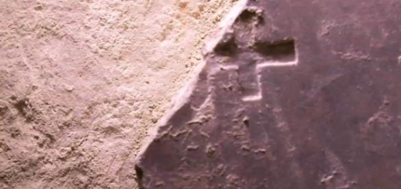 Laje de mármore (à direita) protegia a rocha onde o corpo de Cristo teria sido colocado após a crucificação (Crédito: YouTube/Channel14)