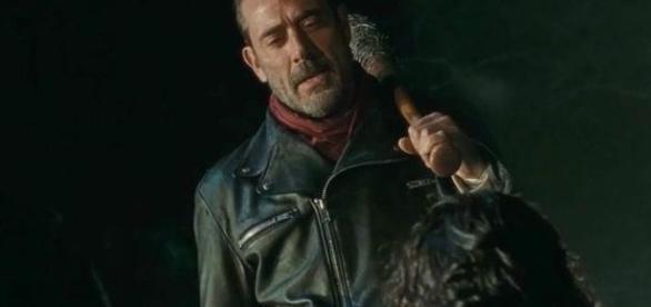 Negan (Jeffrey Dean Morgan) intimida o núcleo de Rick Grimes. Foto: Adoro Cinema.