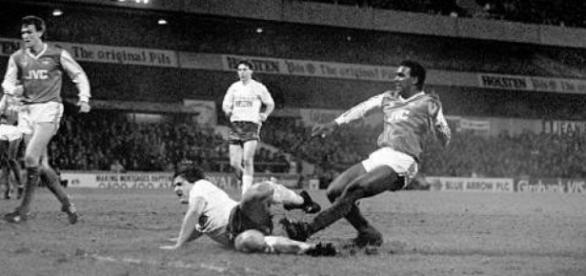 Rocastle bate e coloca o Arsenal na final da Littlewoods Cup após intensos 300 minutos de duelo