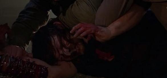 Daryl Dixon sendo rendido após gopear Negan