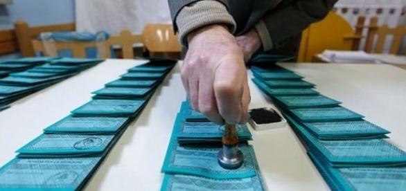 Firmare e timbrare le schede, uno dei compiti degli scrutatori