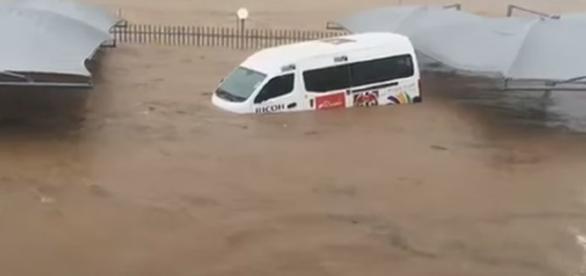 Jiohannesburg cloudburst floods 9 Nov / Photo screencap via AfrikaJunkies, Youtube,com