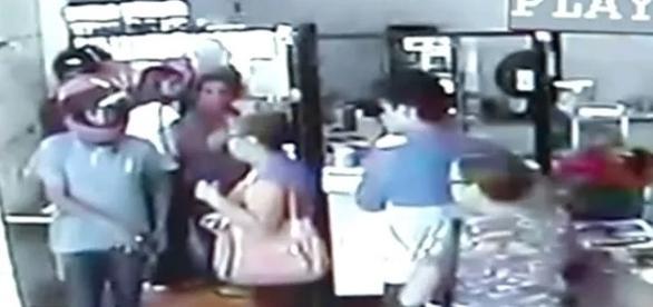 Os bandidos conseguiram furtar aparelhos celulares, objetos pessoais dos clientes e o dinheiro que estava no caixa