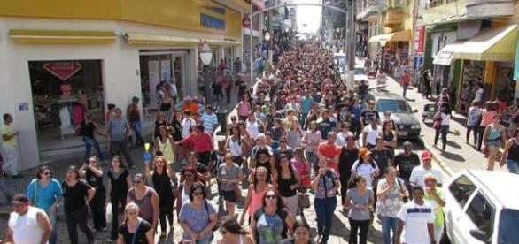 Servidores municipais de Avaré-SP durante passeata que marcou o início da greve