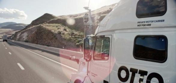 Caminhão autônomo da empresa Otto, em viagem