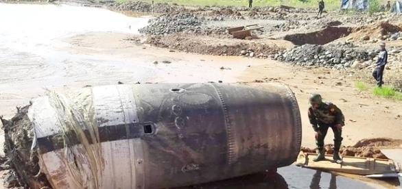 Soldado examina objeto que caiu na cidade de Hpakant, na quarta-feira (Ko Muang Myo)