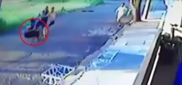 Mulher tomando chute de vizinhos