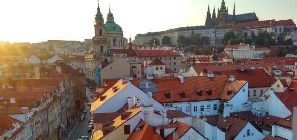 Centro histórico de Praga, com um castelo ao fundo