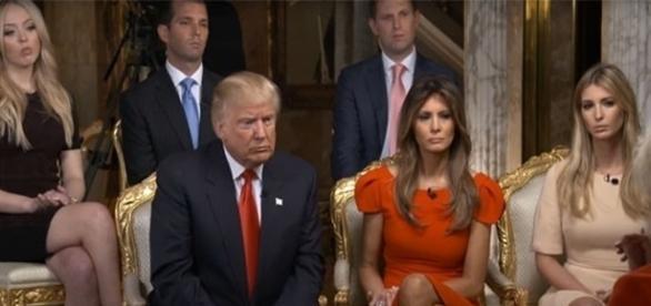 Na imagem, o mais novo presidente dos EUA em sua primeira entrevista, ao lado sua mulher, Melaina, e seus quatro filhos.