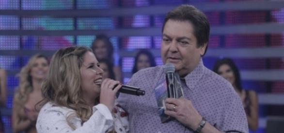 No palco do 'Domingão', Marília Mendonça canta e emociona a todos.
