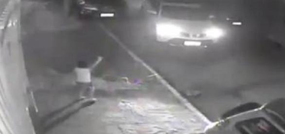 Bandidos ignoraram a criança, deixando-a no meio da rua