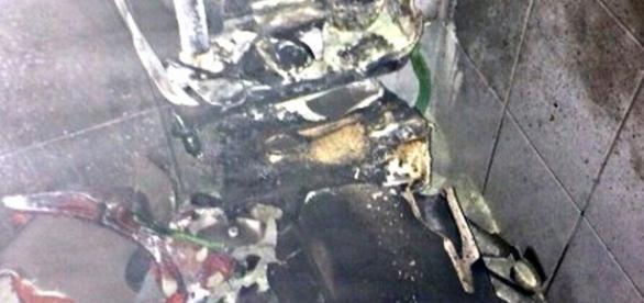 Imagens do banheiro destruído pela mulher.