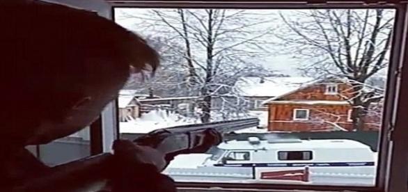 Rapaz identificado pelo nome Denis, atira contra a polícia, enquanto a namorada filma a ação (Metro)