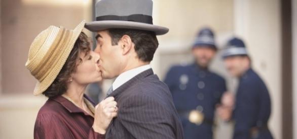 Celia besa a Velasco delante de sus compañeros policías. /Tve1