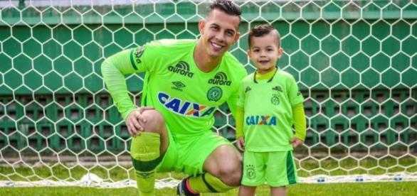 Danilo e o filho Lorenzo na Arena Condá.