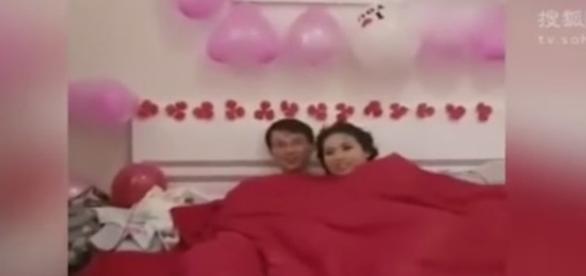 Casal chinês fica constrangido após ter relações durante a festa