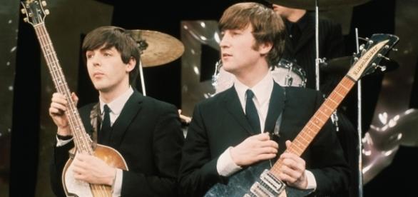 Paul McCartney e John Lennon juntos no palco