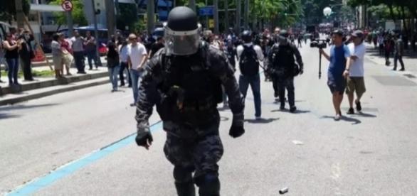 Policial abandonou manifestação de trabalhadores