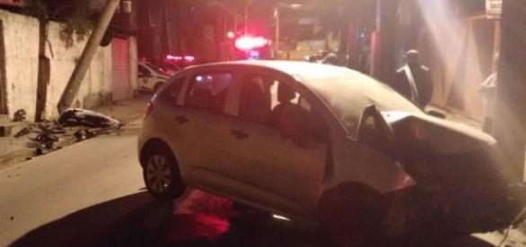Veículo só parou após colidir contra um poste