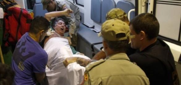 Anthony Garotinho sendo colocado em ambulância
