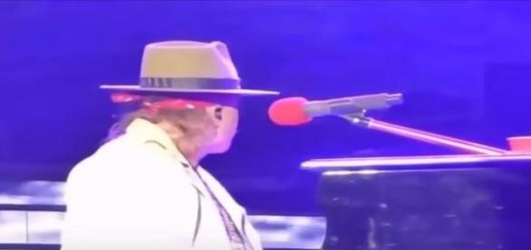 Axl olha para o lado como se houvesse alguém próximo a ele (Youtube)