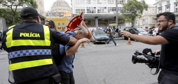 Caco Barcellos é agredido durante manifestação no Rio